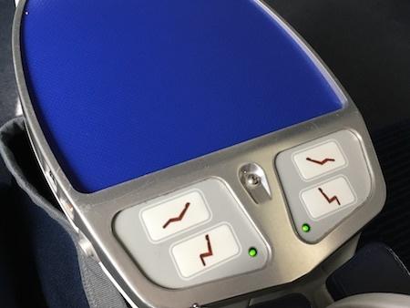 ANA859便 ビジネスクラスの座席の調整ボタン