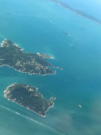 午前12時:まもなく香港国際空港に到着です