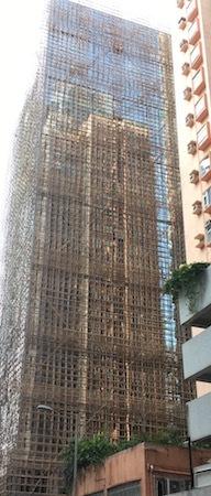 堅尼地城駅 香港らしいタワーマンションの工事中