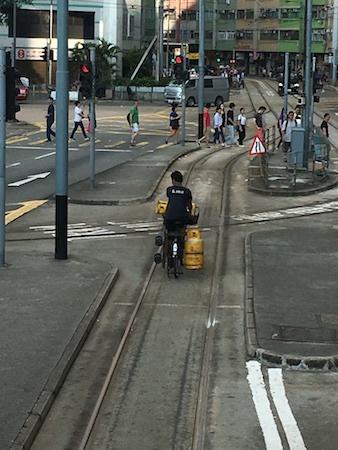 香港トラム チャリのお兄ちゃんと競争です