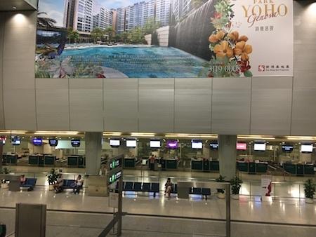 午後7時30分:九龍駅からエアポートエクスプレスに乗ります
