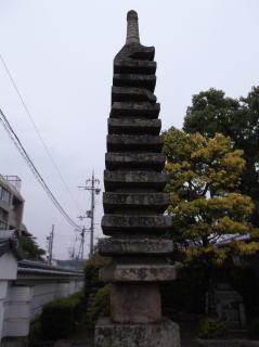 法泉寺十三重石塔