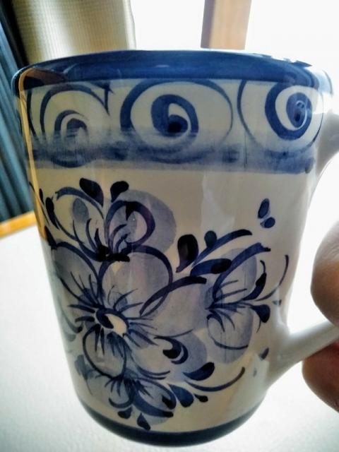 ポルトガル製手書きブルーフラワーのマグカップ1