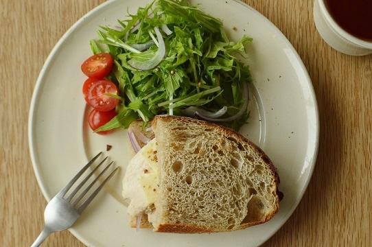 自家製酵母のカンパーニュサンド(鶏ハム&チーズ&サラダ)m