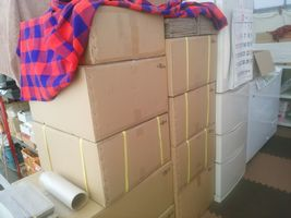 【写真】作業場に積まれた段ボール箱の山