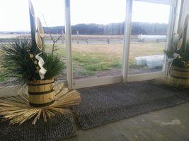 【写真】受付ハウス内に待機中の門松