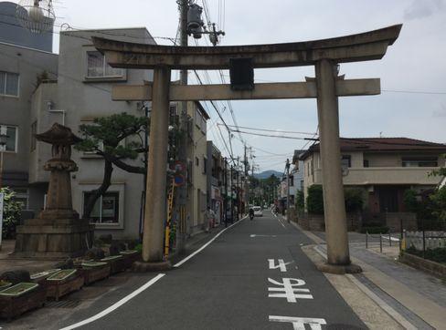 蚕ノ社・駅近くの石鳥居_H29.06.27撮影