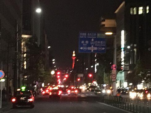 四条烏丸交差点から京都タワー_H29.11.03撮影