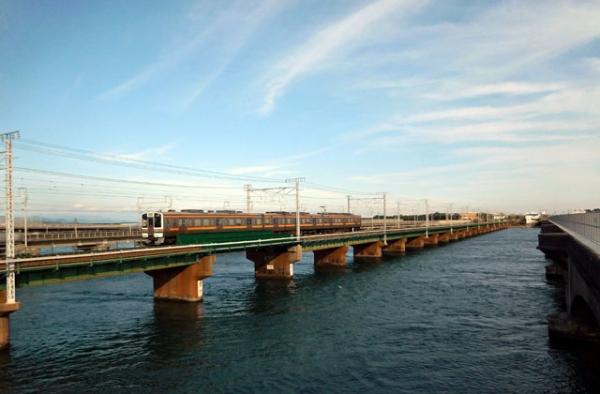 浜名湖鉄橋を行く211系電車