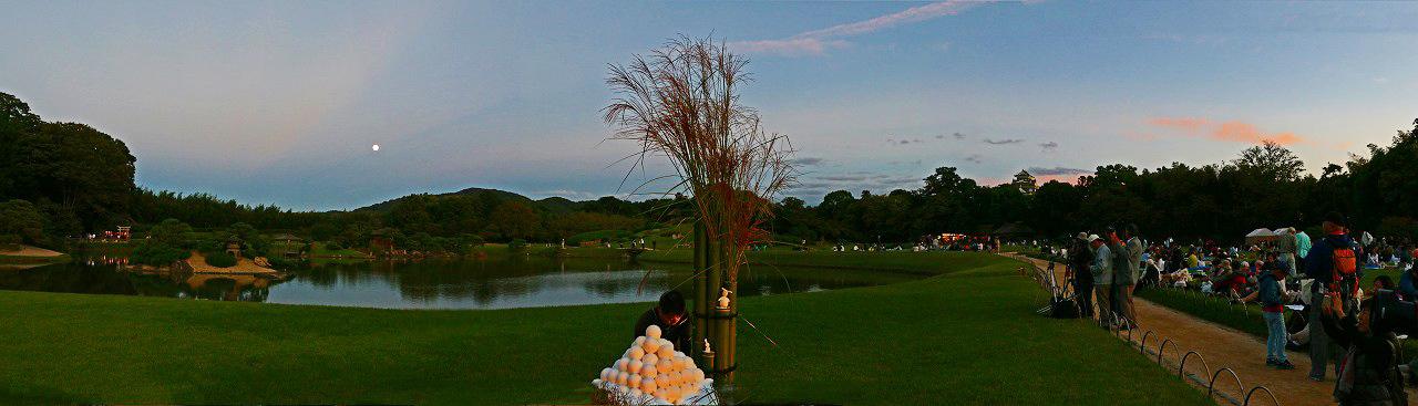 20171004 後楽園中秋の名月観賞会の月が出たての様子ワイド風景 (1)