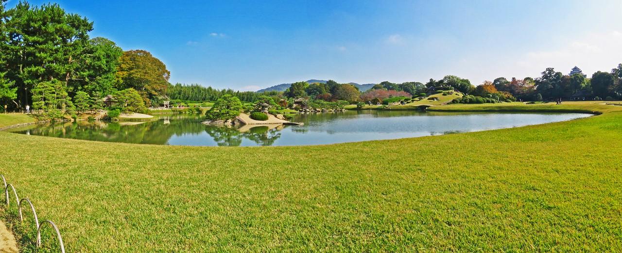 20171102 後楽園今日の午後の沢の池越しに眺めた園内ワイド風景 (2)