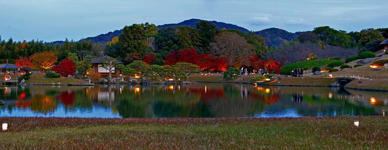 20171121 後楽園今日の秋の幻想庭園日暮れの点灯直後のワイド風景 (1)