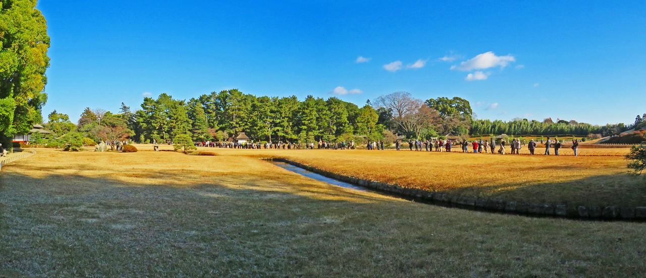 20171217 後楽園今日のタンチョウの園内散策日の出番を待つ人達ワイド風景 (1)