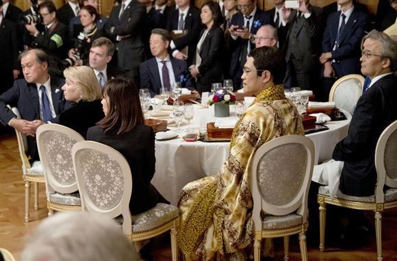 日米首脳の夕食会に出席したピコ太郎さん(手前右)=東京・元赤坂の迎賓館