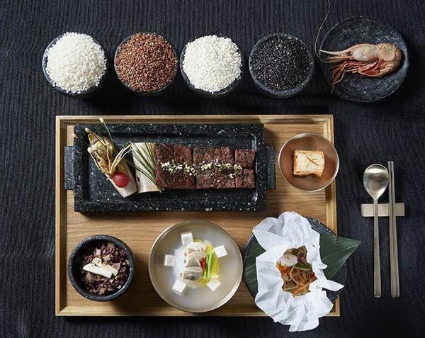トランプ米大統領夫妻歓迎晩餐会のメニュー。マツタケ釜飯、韓国産牛肉のカルビ、「独島エビ」