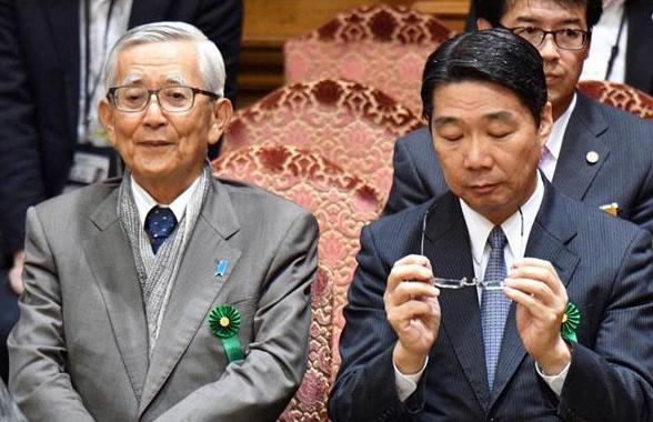 加戸前知事(左)は、前川前次官の言動を厳しく批判した=参院第1委員会室