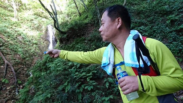 41-滝の水をキャップに入れる
