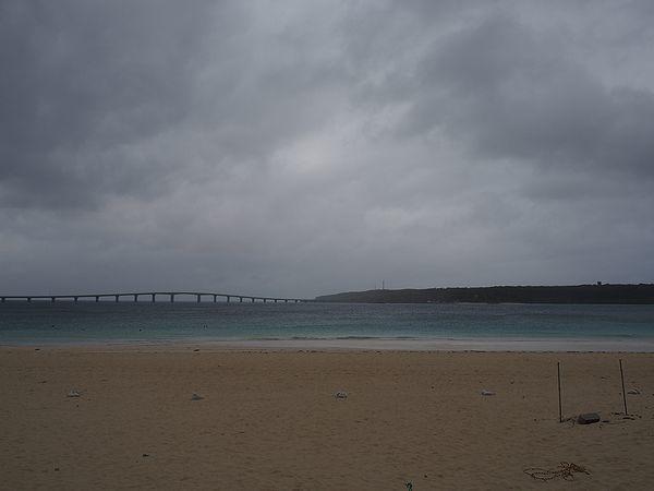 曇天の与那覇前浜