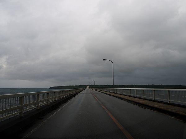 曇天の来間大橋