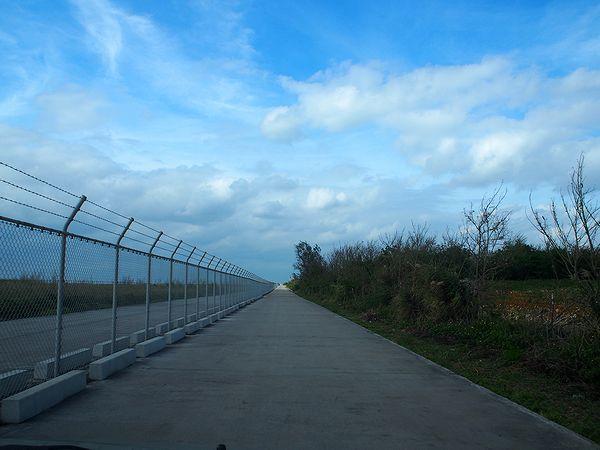 下地島空港の脇を行く