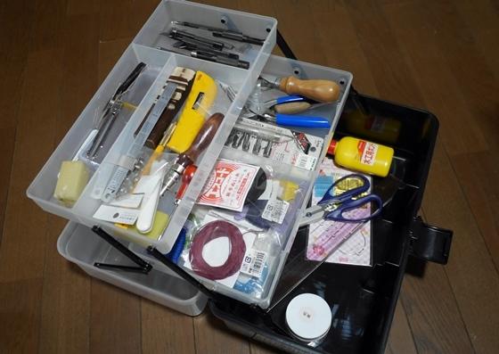 工具箱に革工作用品を
