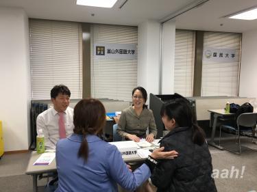 釜山外国語大学のブースにて。