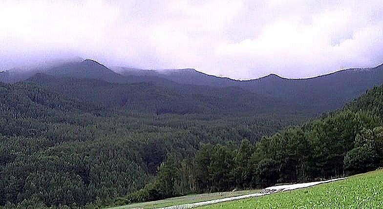 長野県川上村梓山地区後から撮影した扇平山(左)、高天原山(中央)、三国山(右)