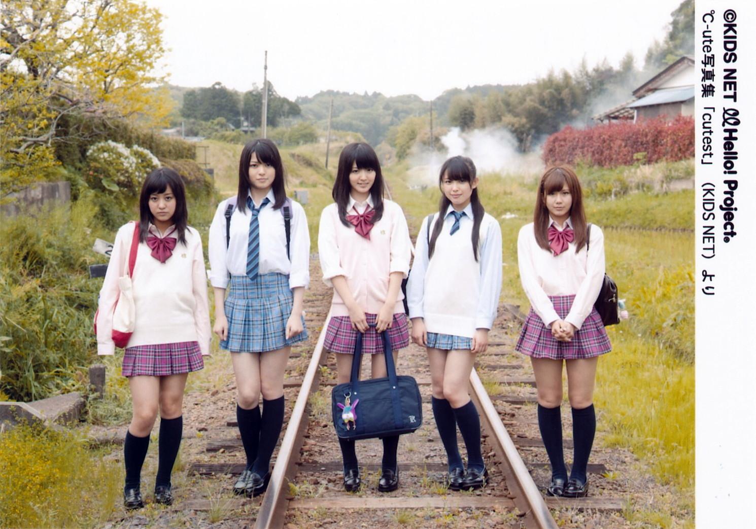 2017秋 ℃-ute  制服コレクション 青系のCHECKのスカート 矢島舞美 赤系のCHECKのスカート ディーゼル車車内 (3)