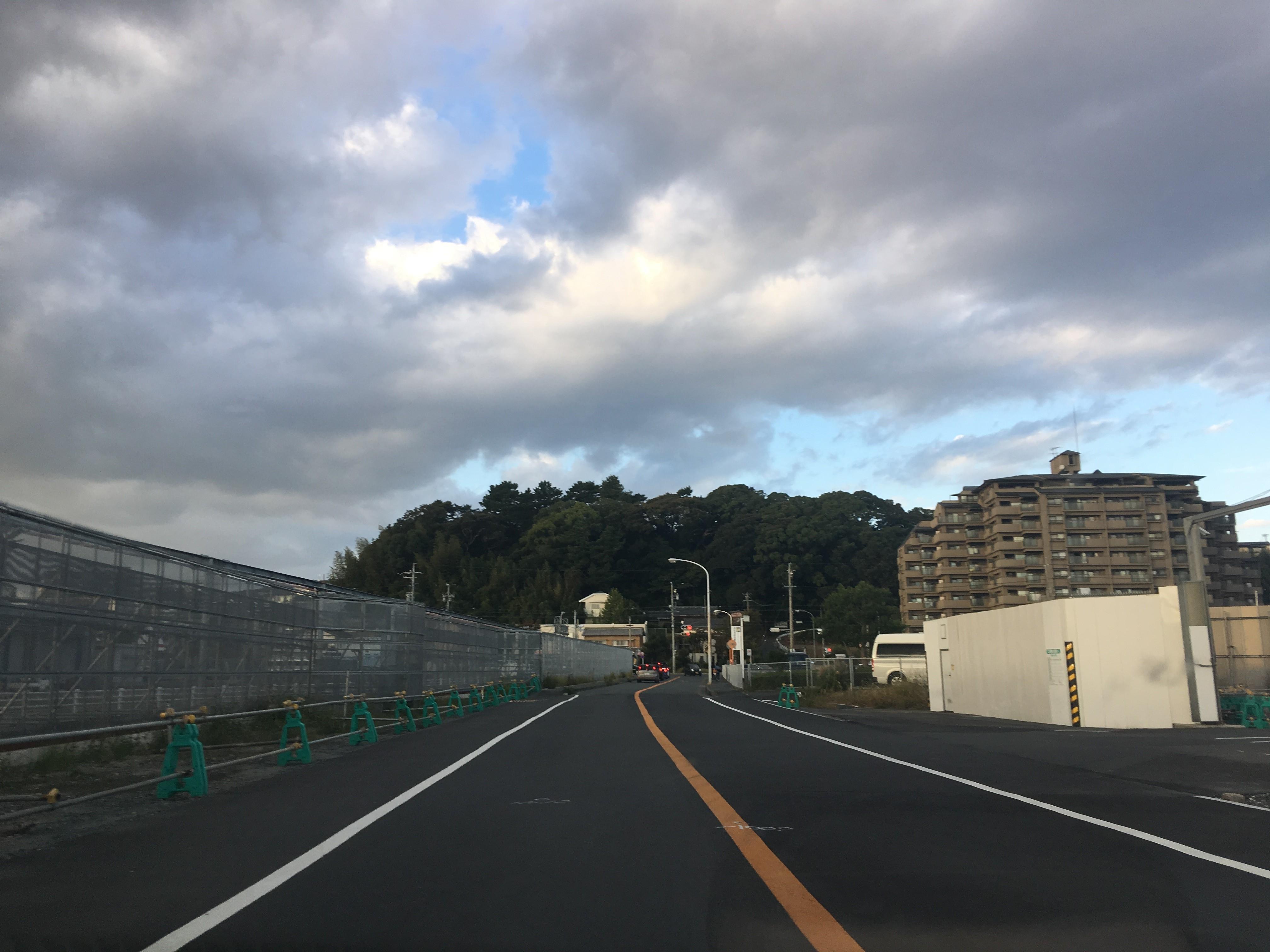 2枚目は県居神社の坐す小山を伊場遺跡方面から、つまり南から北へ向かって撮った写真です。