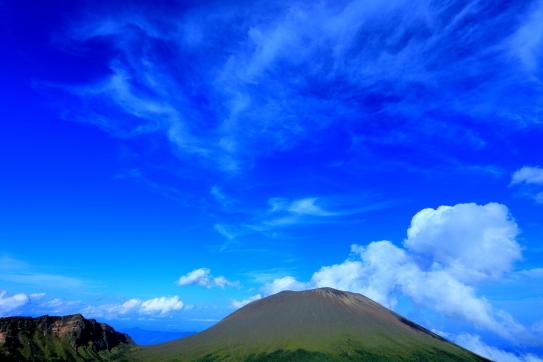 噴煙と雲の映える浅間山
