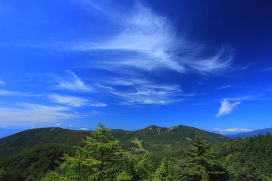 雲の映える水ノ登山と籠ノ塔山