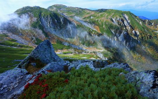 ガス流れる西駒ヶ岳秋景