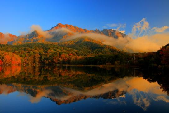 朝焼けの戸隠山に雲の映える鏡池