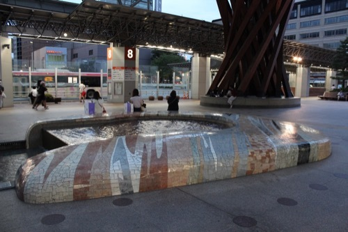 0272:金沢駅東広場 広場の親水空間