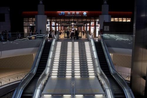 0272:金沢駅東広場 地下への吹き抜け