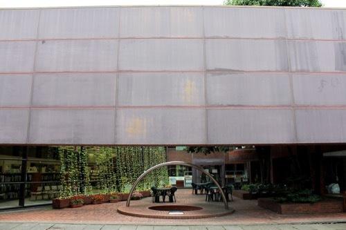 0276:金沢市立玉川図書館 本館北中庭①