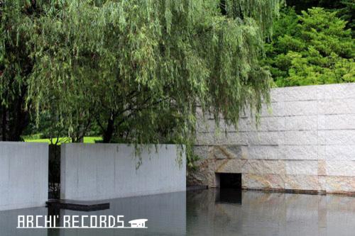 0281:鈴木大拙館 思索空間棟から庭をみる①