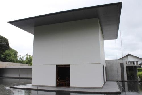 0281:鈴木大拙館 庭越しに思索空間棟をみる
