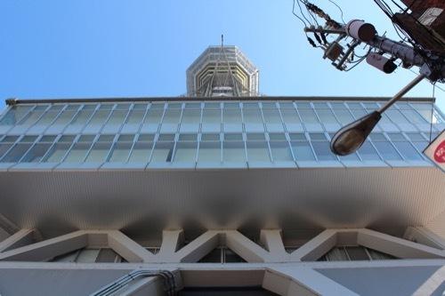 0284:通天閣 基壇付近から見上げる