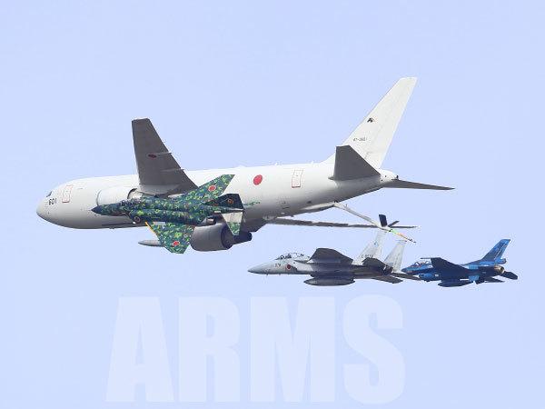 戦闘機に空中給油する、空中給油機 KC767
