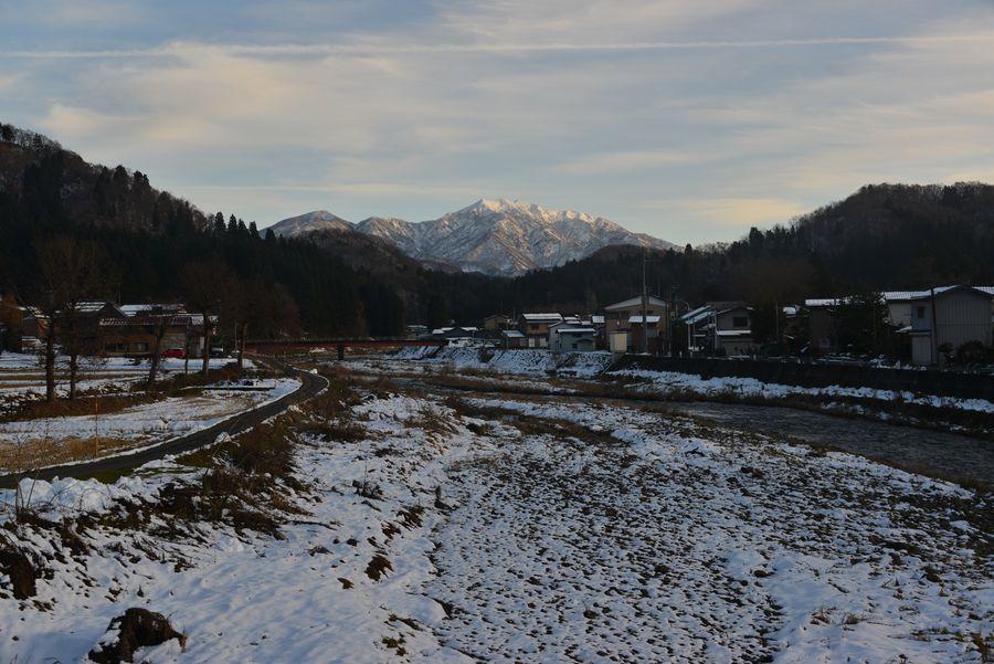 雪の粟ヶ岳と田-1