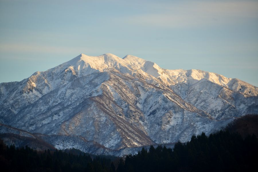 雪の粟ヶ岳と田-2