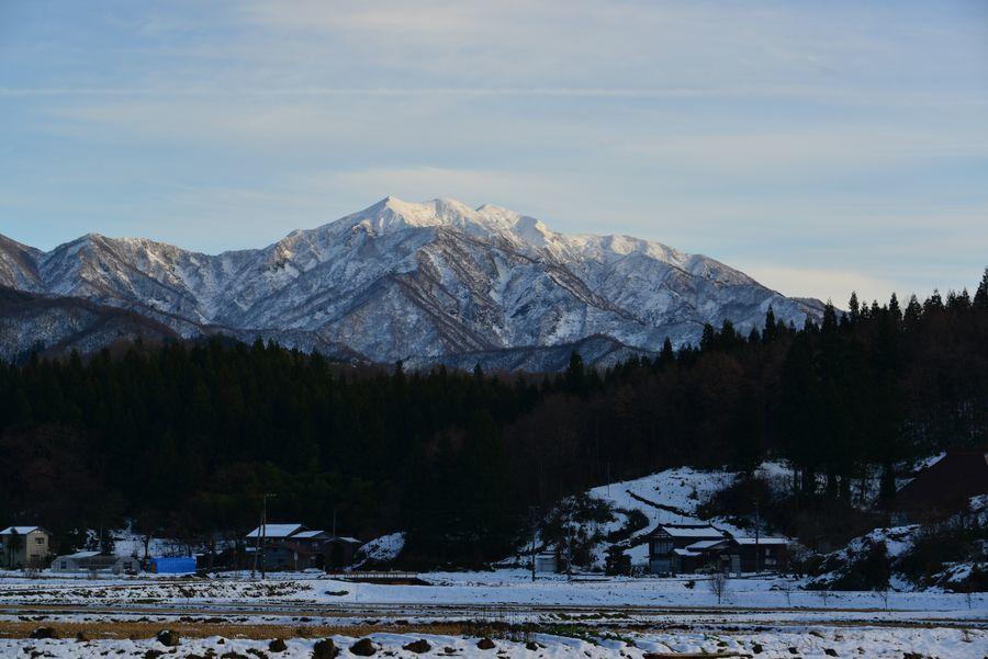 雪の粟ヶ岳と田-3