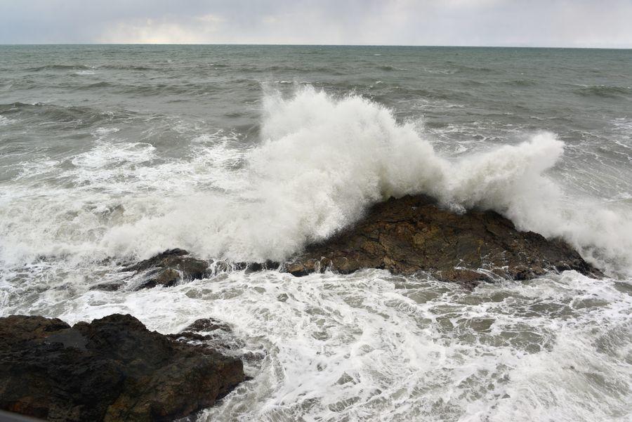 打ち寄せる波-3