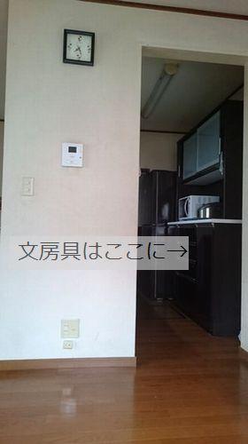 狭いキッチンをリビング側から見た様子