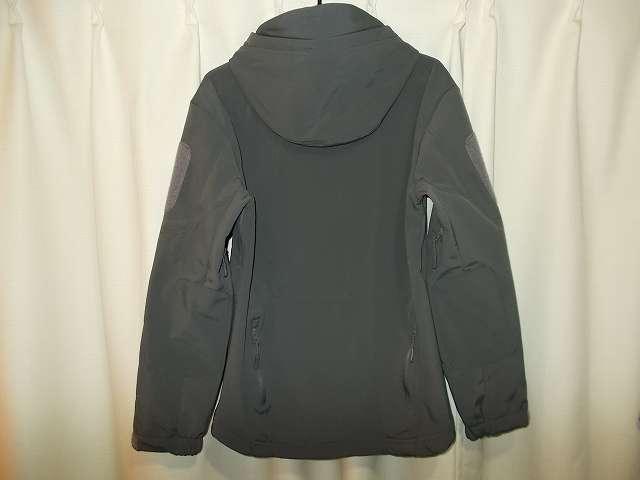 AIKOSHA ソフトシェル タクティカルジャケット M サイズ ダークグレー購入 後ろ側、同じ M サイズなのにサイズが合わず(肩・腕回りがきつい)品質としてもハズレ 返品済み