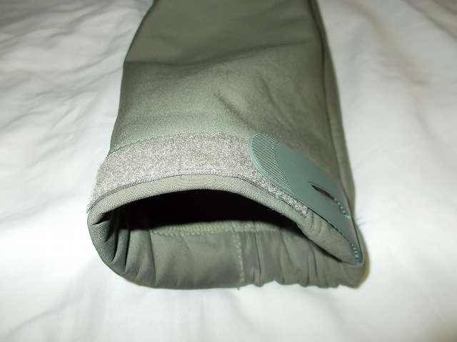 AIKOSHA ソフトシェル タクティカルジャケット M サイズ グリーン、袖口マジックテープ(樹脂フック側) 補修・補強改造作業
