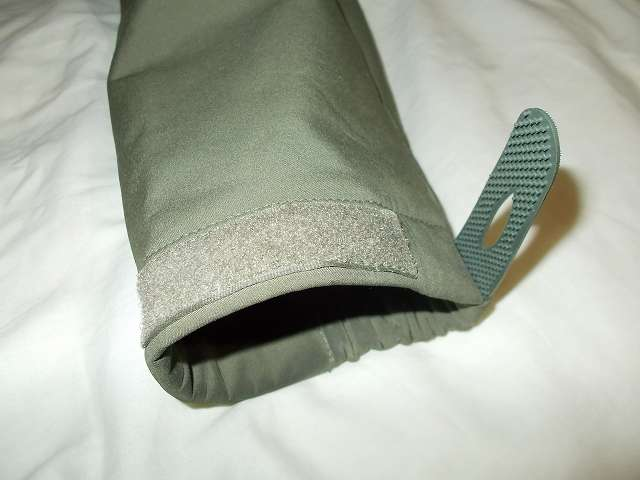 AIKOSHA ソフトシェル タクティカルジャケット M サイズ グリーン、袖口マジックテープ(樹脂フック側) 補修・補強改造作業、樹脂フックのブツブツが少ないためかループ側ベルクロから外れやすい