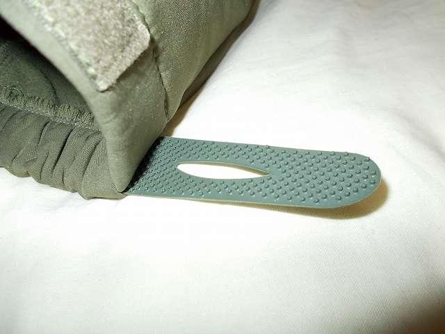 AIKOSHA ソフトシェル タクティカルジャケット M サイズ グリーン、袖口マジックテープ(樹脂フック側) 補修・補強改造作業、樹脂フックのブツブツが少ないためかループ側ベルクロから外れやすい、樹脂フック側のブツブツ