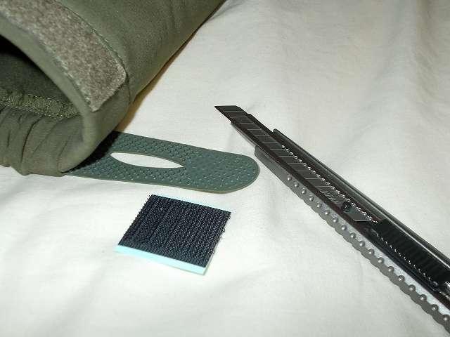 AIKOSHA ソフトシェル タクティカルジャケット M サイズ グリーン、袖口マジックテープ(樹脂フック側) 補修・補強改造作業、樹脂フックのブツブツが少ないためかループ側ベルクロから外れやすい、樹脂フックのブツブツの一部をカッターでカットして、3cm サイズにカットしたマジックテープ(フック側)を貼る、使用したカッターはエヌティー(NT) 軽作業用カッター A-300GR、切れ味がよくサイズが小さいため細かいカット作業がしやすい